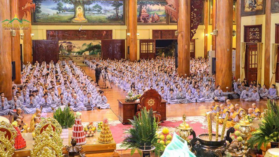 Hàng ngàn Phật tử về chùa tham dự thời khóa tu học hàng tháng định kỳ