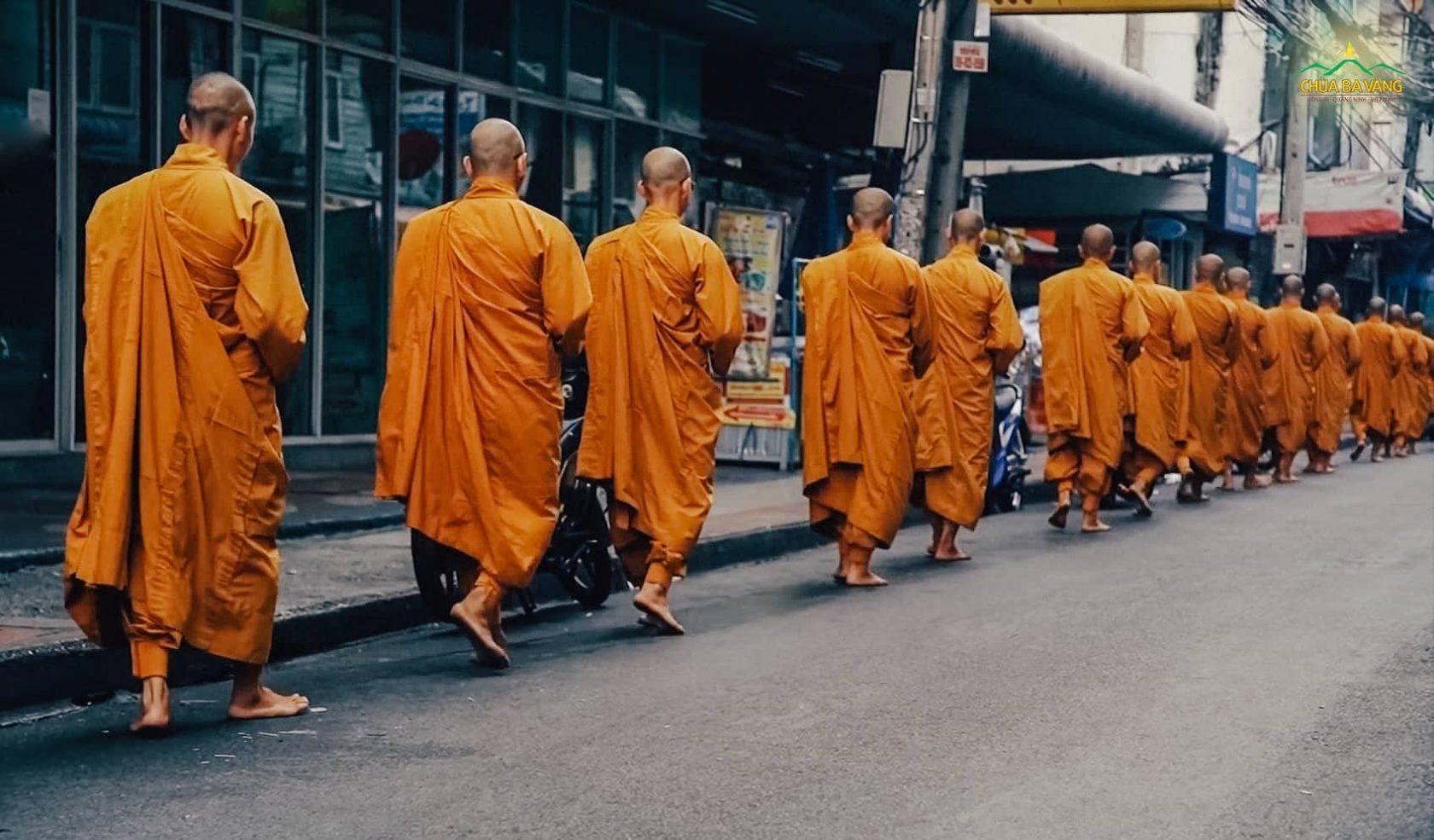 Tăng đoàn chùa Ba Vàng trì bình khất thực ở Bangkok (Thái Lan)