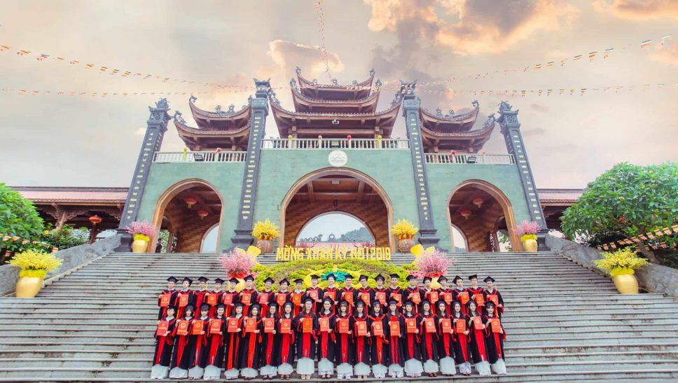 Các bạn học sinh, sinh viên về chùa Ba Vàng chụp ảnh kỷ yếu