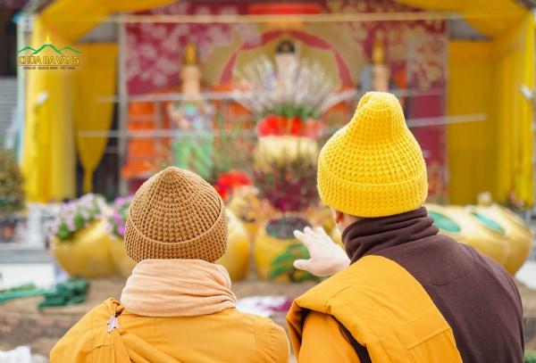 Sư Phụ hướng dẫn, chỉ dạy chư Tăng trong ban cây cảnh để trang trí cawnh quan của chùa đẹp mắt, phục vụ nhân dân, Phật tử những ngày xuân.