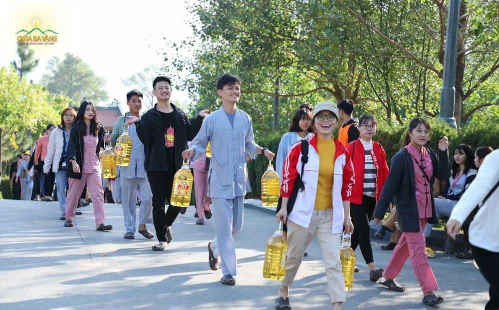Thành viên trong CLB Tuổi Trẻ Ba Vàng rất hoan hỷ khi được cúng dường tới chùa