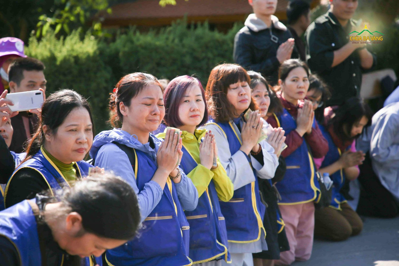 Phật tử không kìm được xúc động khi nhìn thấy hình ảnh Tăng đoàn trang nghiêm thanh tịnh trì bình khất thực