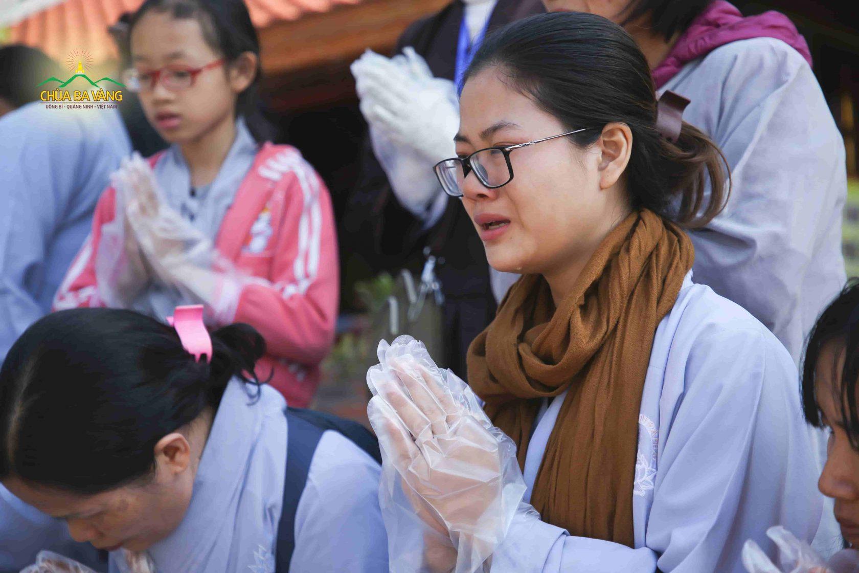 Phật tử trẻ thuộc CLB Tuổi trẻ Ba Vàng không kìm được nước mắt khi chứng kiến hình ảnh Tăng đoàn trì bình khất thực