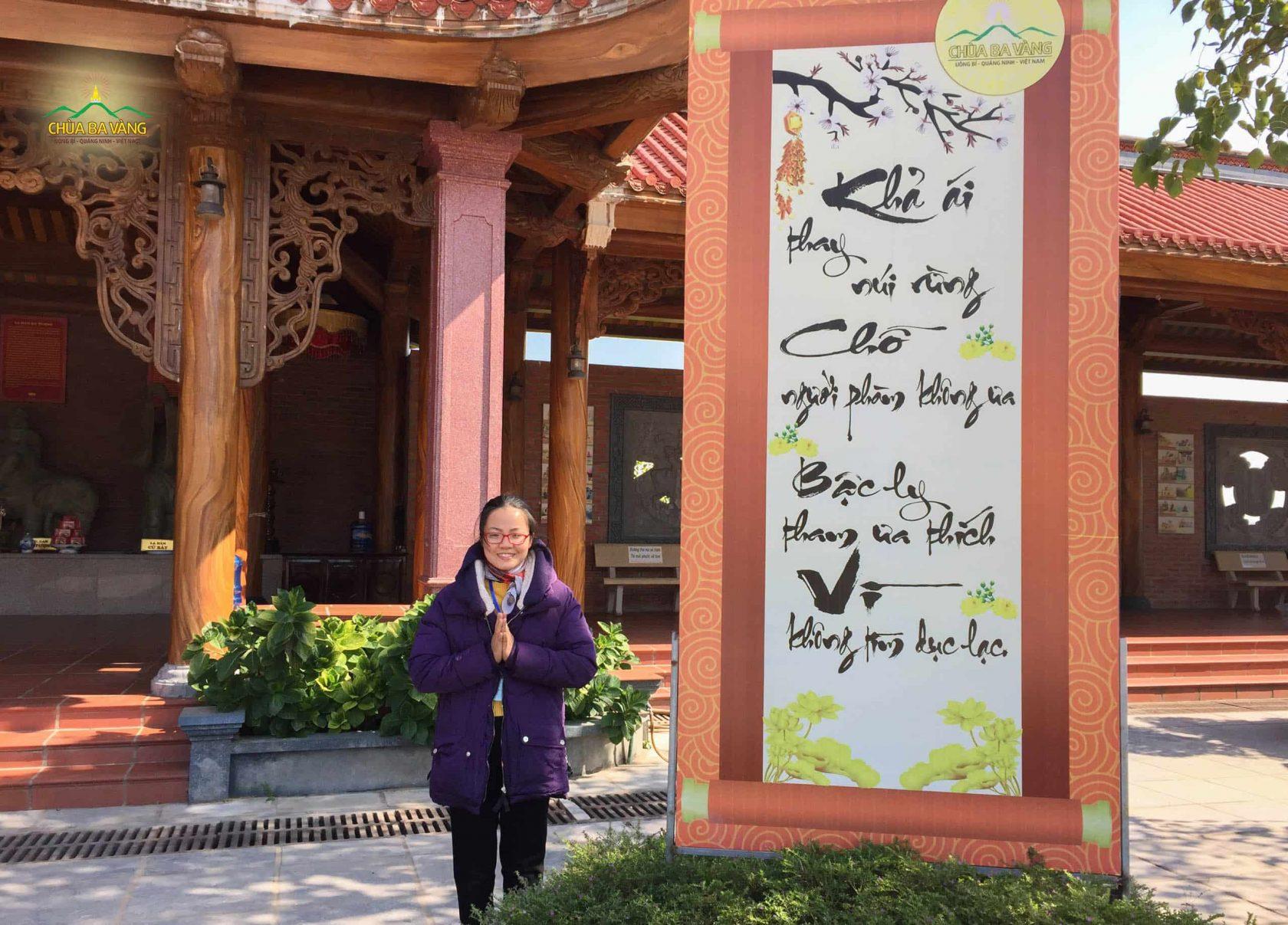 Phật tử Nguyễn Thùy Linh rất hạnh phúc khi lần đầu tiên được tham dự lễ sớt bát cúng dường chư Tăng