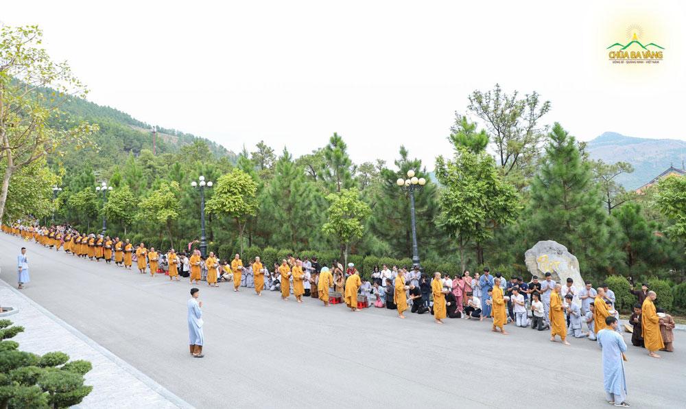 Tái hiện lại Tăng đoàn thời Đức Phật đi khất thực tại khuôn viên chùa Ba Vàng