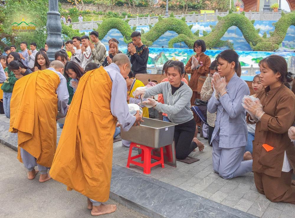 Bạn Trần Kiều Như trong buổi lễ sớt bát cúng dường chư Tăng