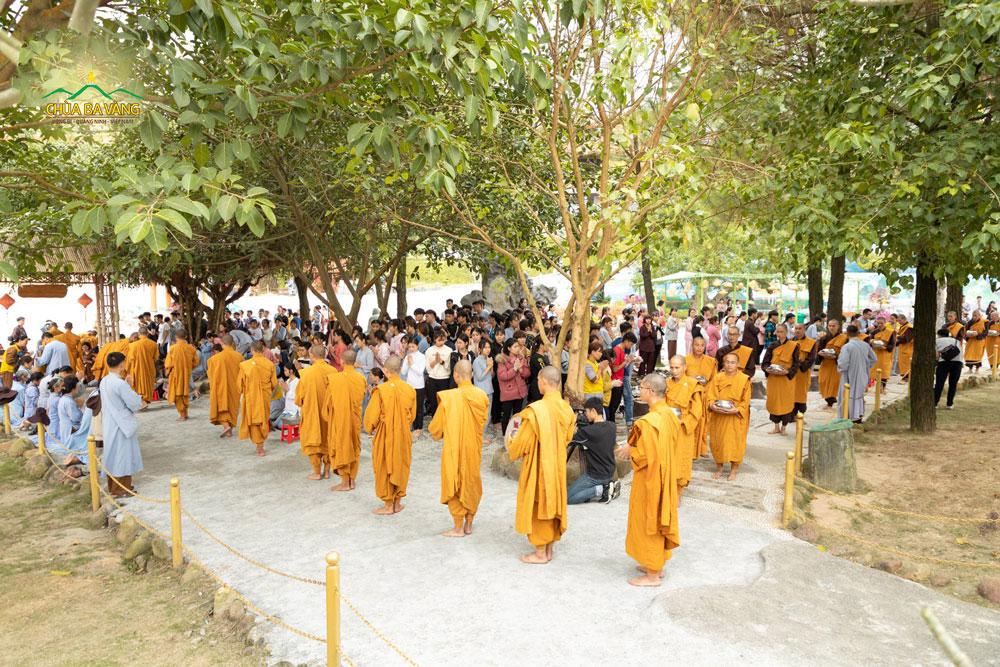 Tăng đoàn trì bình khất thực trong khuôn viên bổn từ chùa