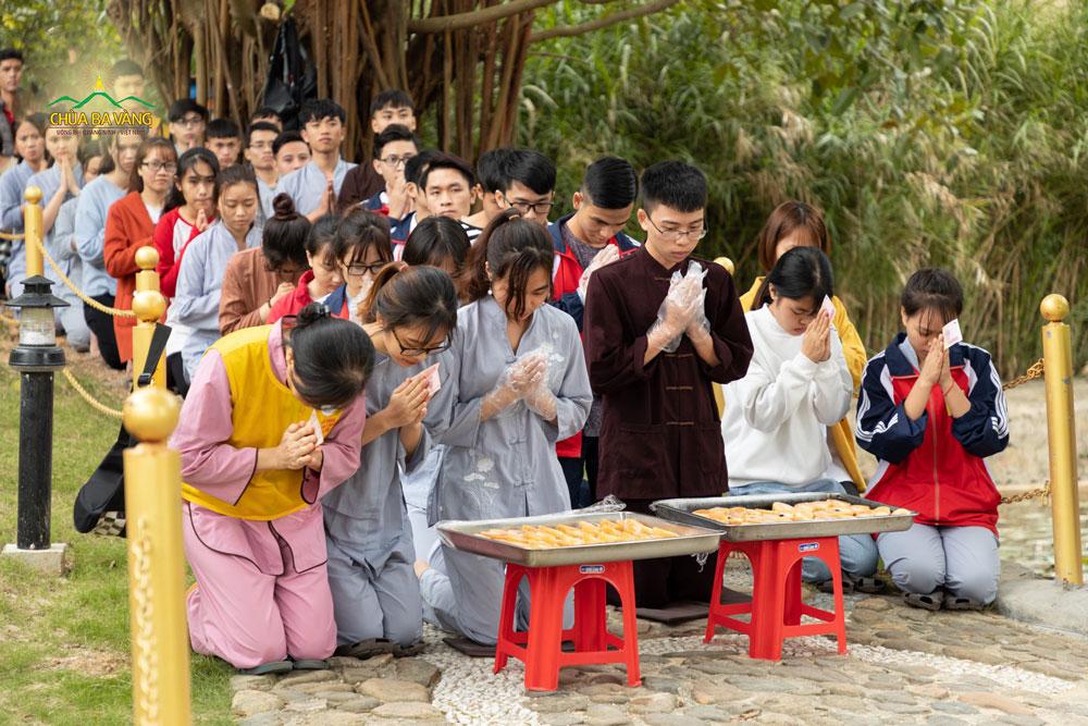 Các bạn trẻ chắp tay thành kính khi Tăng đoàn trì bình khất thực đi qua