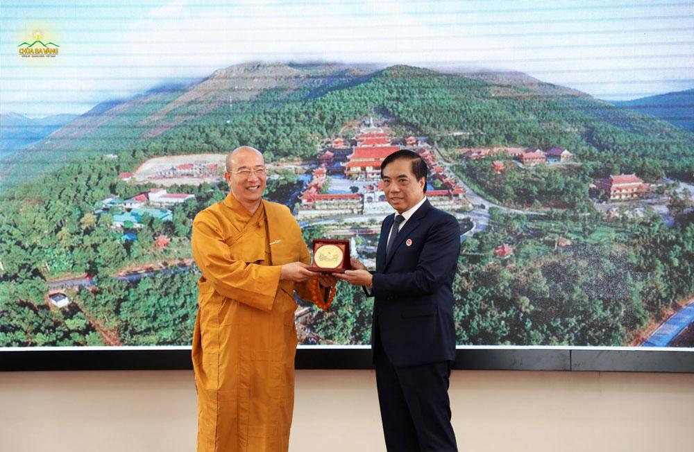 """PGS. TS Bùi Anh Tuấn - Hiệu trưởng Nhà trường cũng đã trao biểu trưng """"Vì sự nghiệp phát triển của Trường đại học Ngoại Thương"""" dành cho Sư Phụ Thích Trúc Thái Minh"""