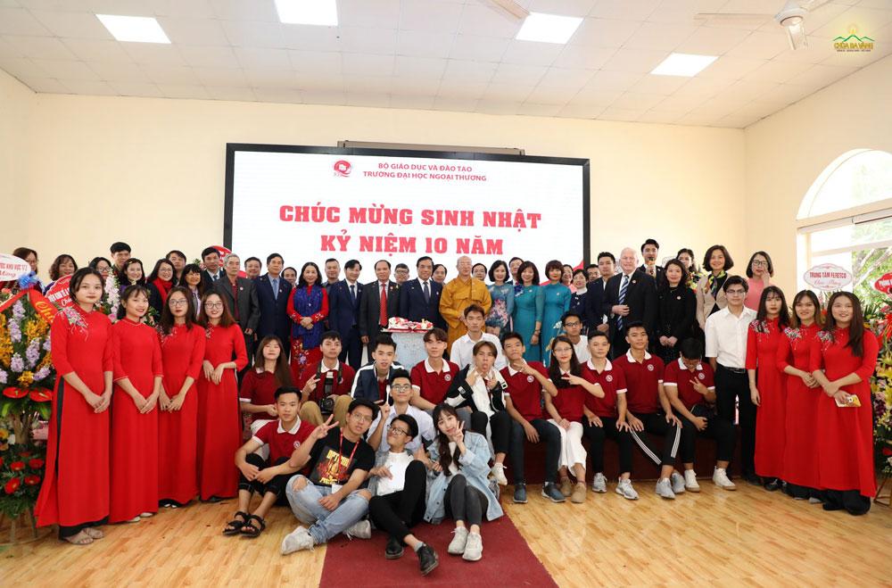 Sư Phụ Thích Trúc Thái Minh chụp hình lưu niệm cùng Ban giám hiệu, giảng viên và sinh viên Trường Đại học Ngoại Thương cơ sở Quảng Ninh