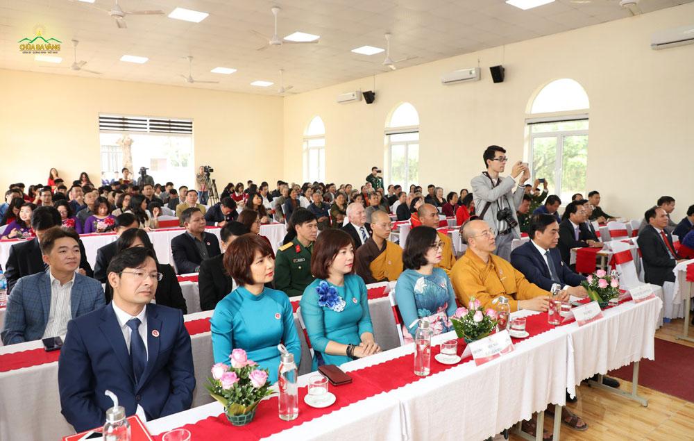 Sư Phụ Thích Trúc Thái Minh và đại biểu tham dự trong buổi lễ kỷ niệm 10 năm thành lập Trường Đại học Ngoại Thương cơ sở Quảng Ninh