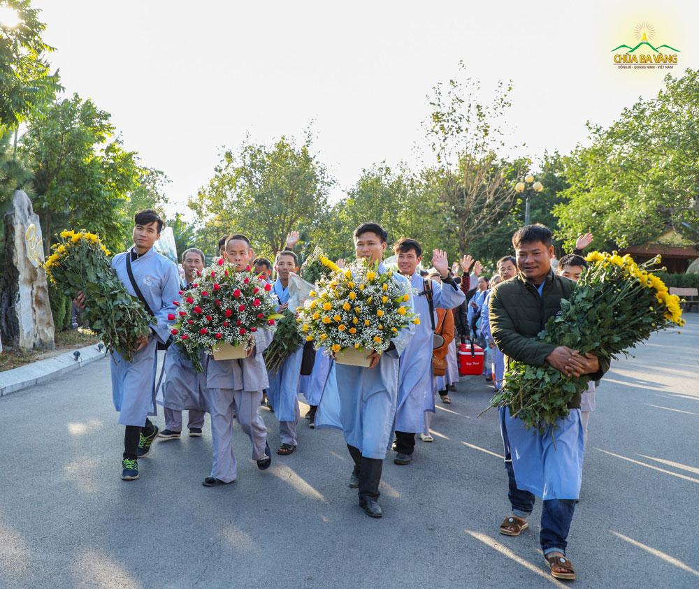 Phật tử hân hoan về chùa tu học và cúng dường Tam Bảo những lẵng hoa tươi thắm