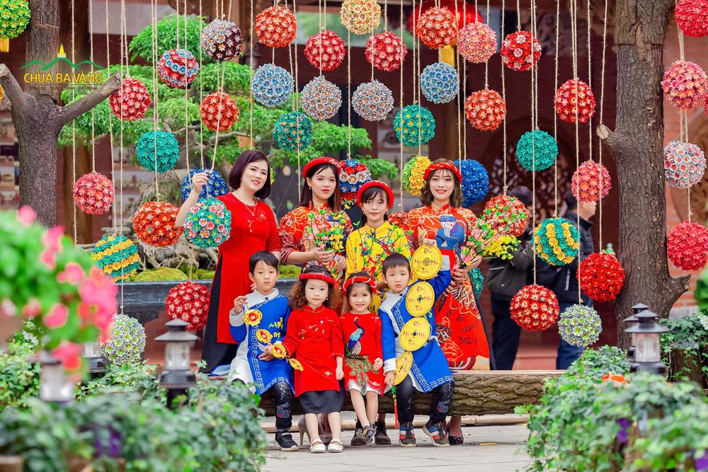 Cả gia đình ai nấy cũng đều vui tươi và hoan hỷ trong tà áo dài truyền thống