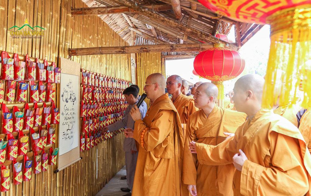 Sư Phụ và đại Tăng chùa Ba Vàng xin lời Phật dạy vào đầu xuân năm mới