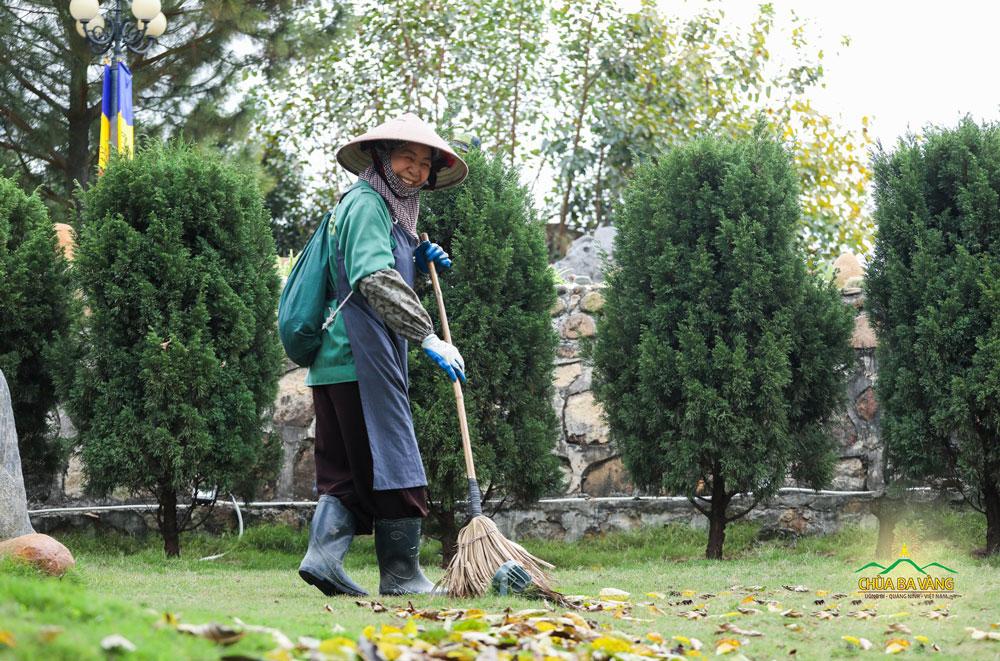 Để có được một môi trường xanh - sạch - đẹp thì không thể không nhắc đến công lao của các bác Phật tử