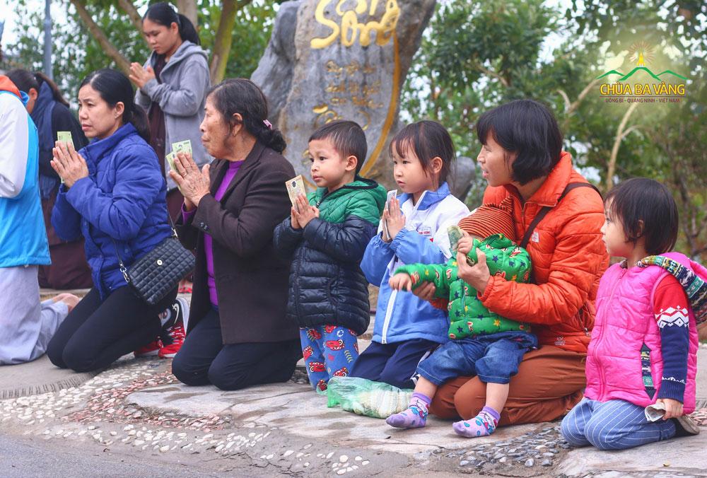 Du khách và Phật tử dâng tịnh tài cúng dường đến Tăng đoàn