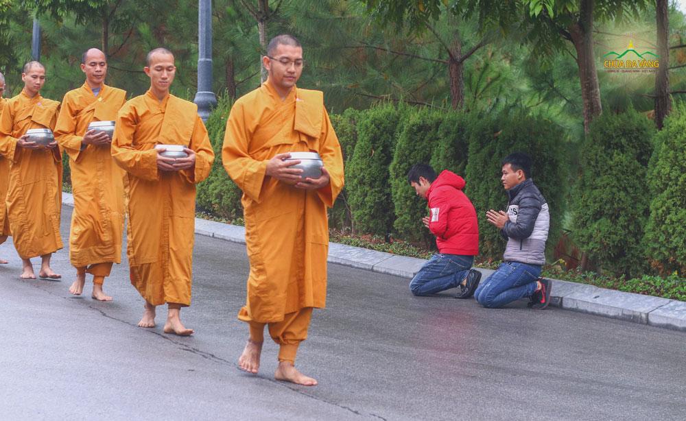 Bạn Nguyễn Thanh Tuấn (áo đỏ) đảnh lễ Tăng đoàn trì bình khất thực