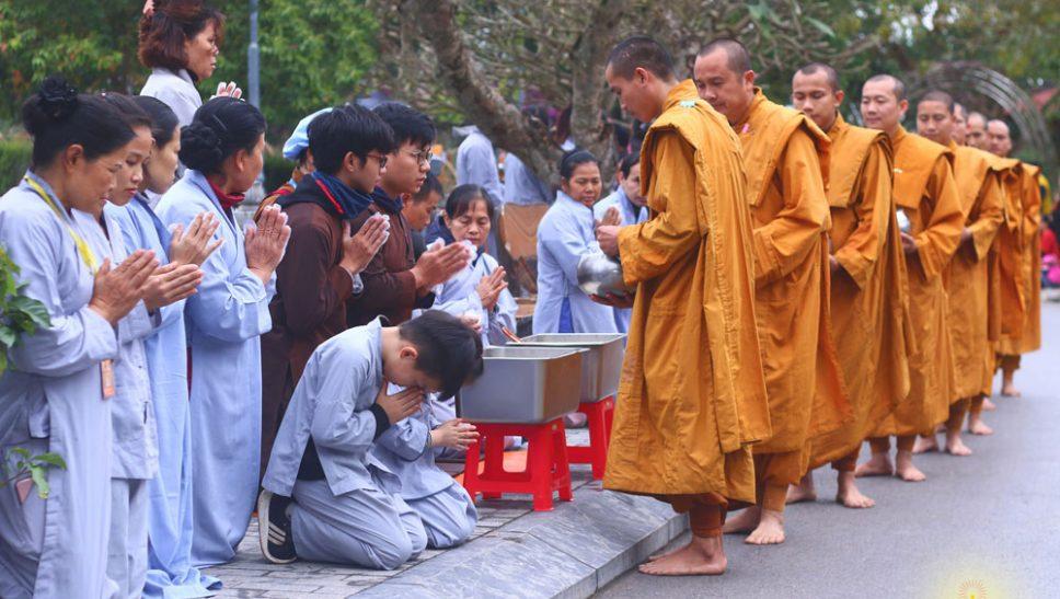 Phật tử chắp tay trang nghiêm đảnh lễ Tăng đoàn