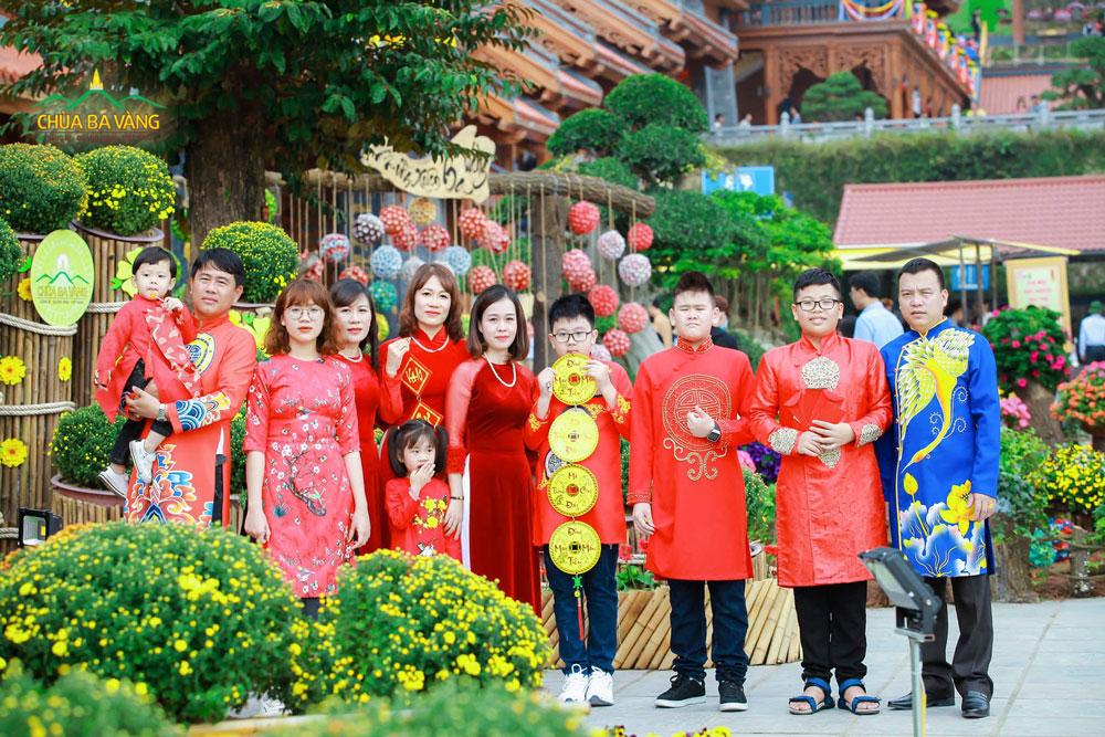 Tết cũng là dịp mọi người đi lễ chùa, lễ Phật cầu một năm mới bình an