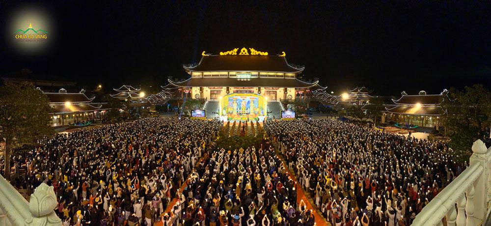 Hàng ngàn Phật tử về chùa tham dự đêm mừng ngày Phật thành đạo