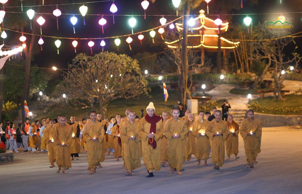 Sư Phụ và chư Tăng đi thiền hành trong khuôn viên chùa