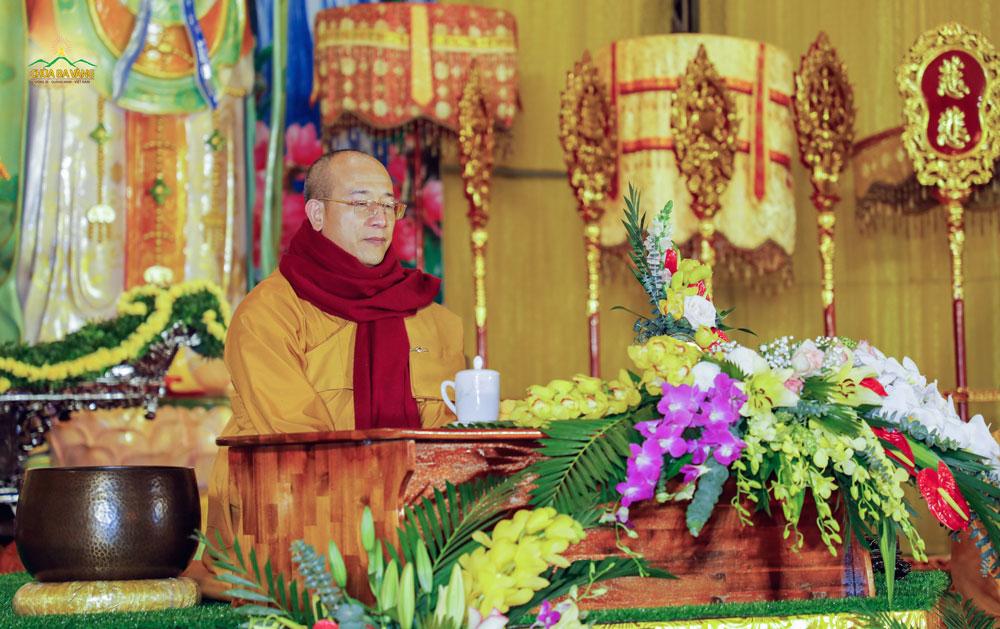 Sư Phụ Thích Trúc Thái Minh trong thời khóa ngồi thiền