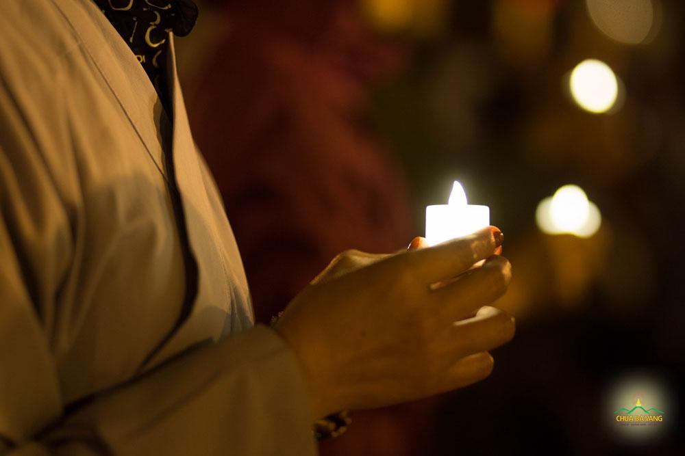 Ngọn nến lung linh trong đêm