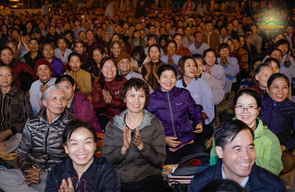 Phật tử hoan hỷ trong bài giảng Pháp của Sư Phụ