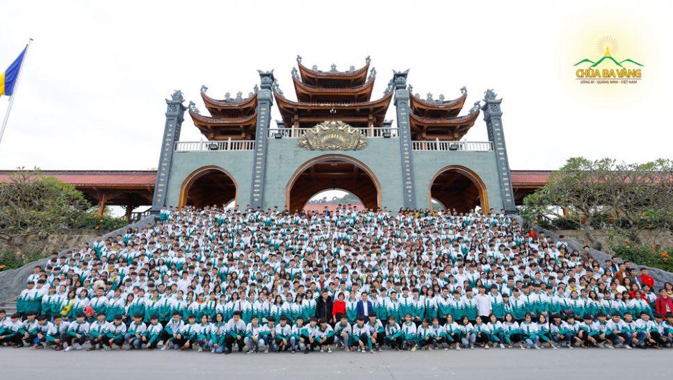 1000 bạn học sinh trường THPT Lý Nam Đế đã có mặt tại chùa Ba Vàng