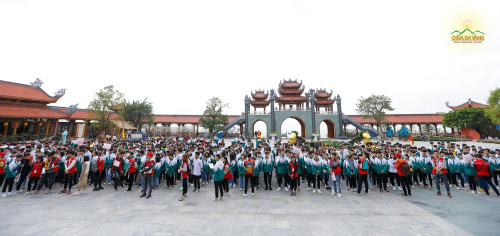 Các bạn học sinh nhanh chóng vân tập về sân Chính điện để đi tham quan chùa