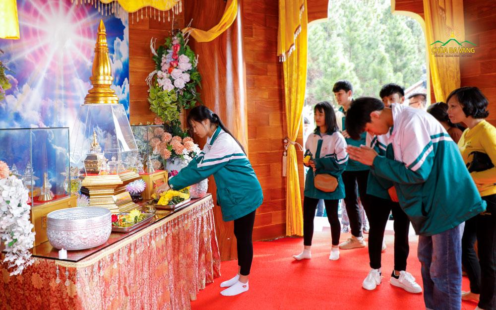 Các bạn trẻ cúng dường hoa tươi tới Xá Lợi Phật