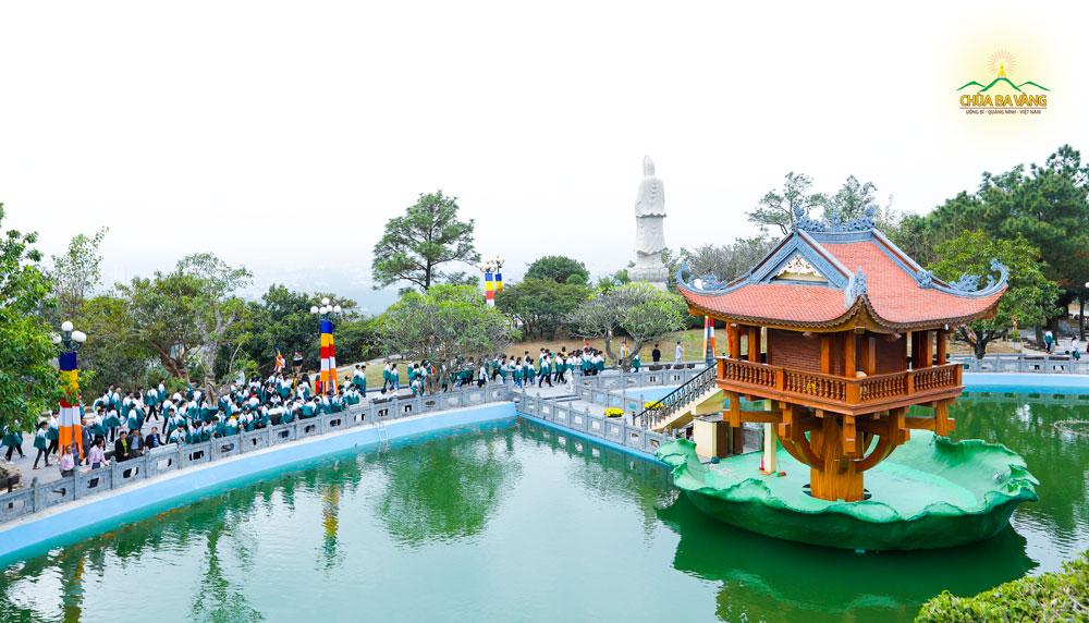 Các bạn trẻ đi tham quan tại khu vực Hồ Bán Nguyệt