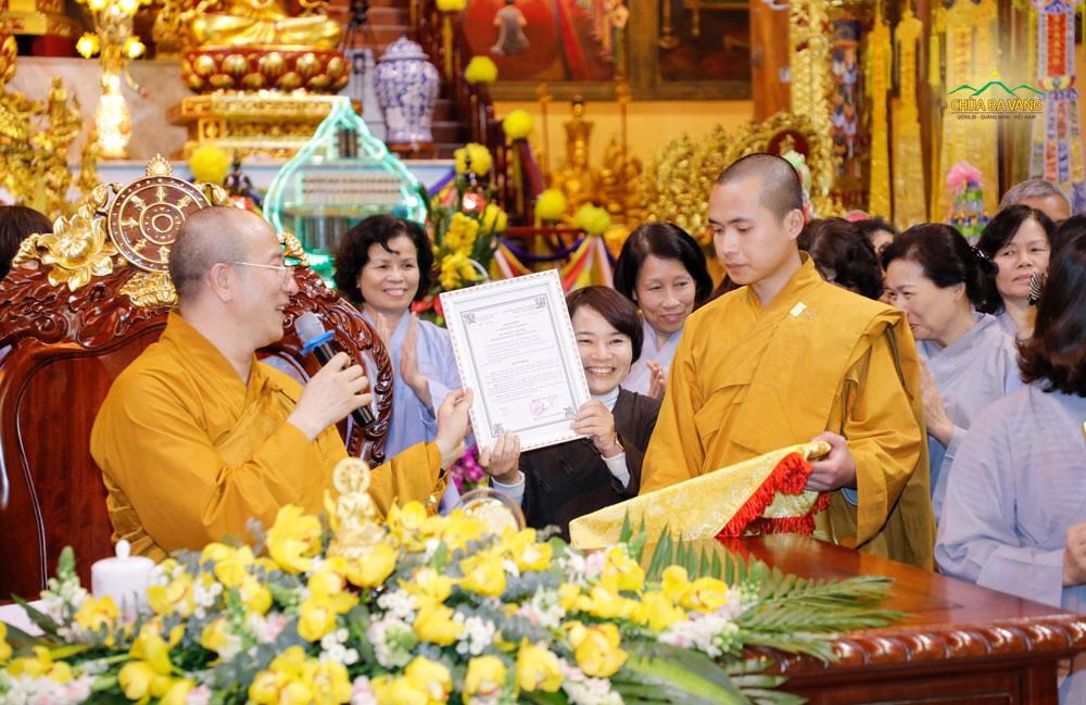 Sư Phụ trao bằng quyết định thành lập đạo tràng Trúc Minh do Phật tử Lưu Thị Bình làm đạo tràng trưởng