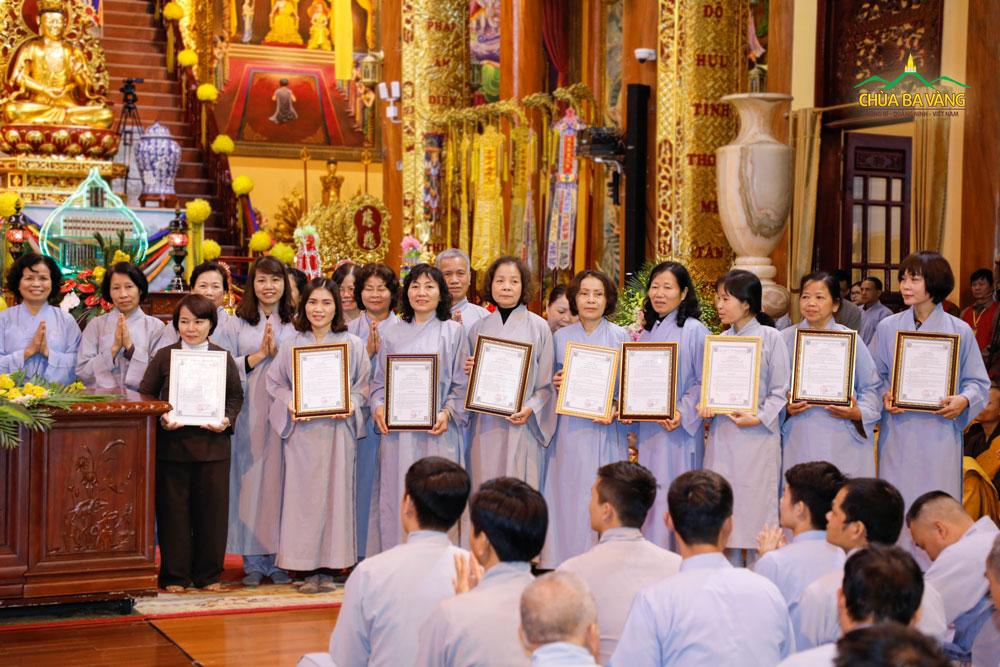 Phật tử Lưu Thị Bình trong buổi ra mắt đạo tràng