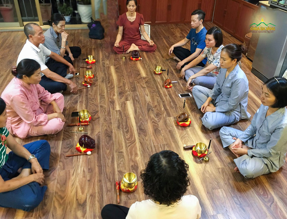 Phật tử chia sẻ với nhau trong việc học Pháp khí
