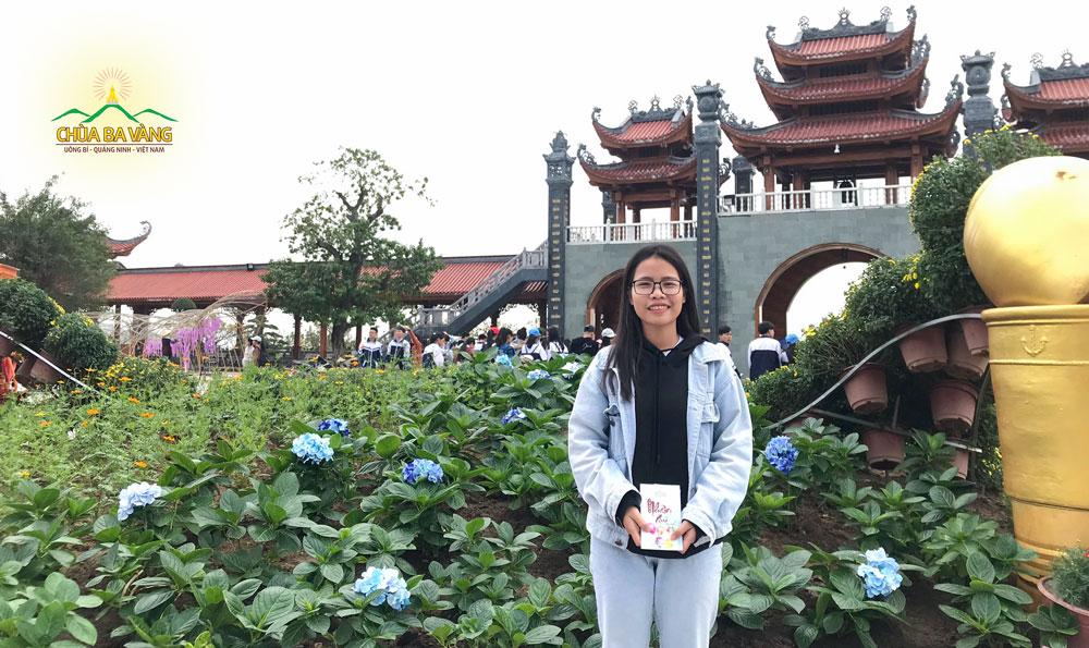 Bạn Trương Thị Hồng Thắm học sinh lớp 11B2 hân hoan khi được về chùa