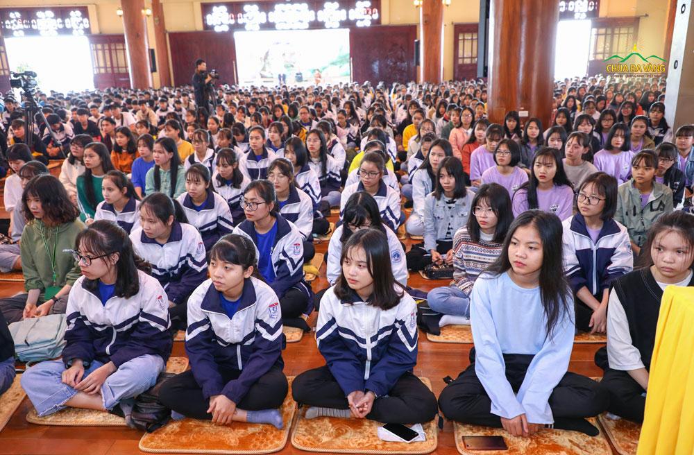 Các bạn học sinh ngồi trang nghiêm, lắng nghe những dòng Pháp nhũ của Sư Phụ