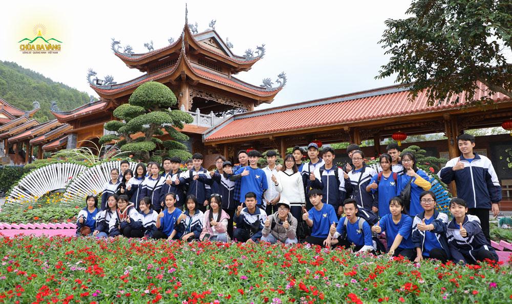 Các bạn trẻ chụp ảnh lưu niệm trước khi tạm biệt nhà chùa