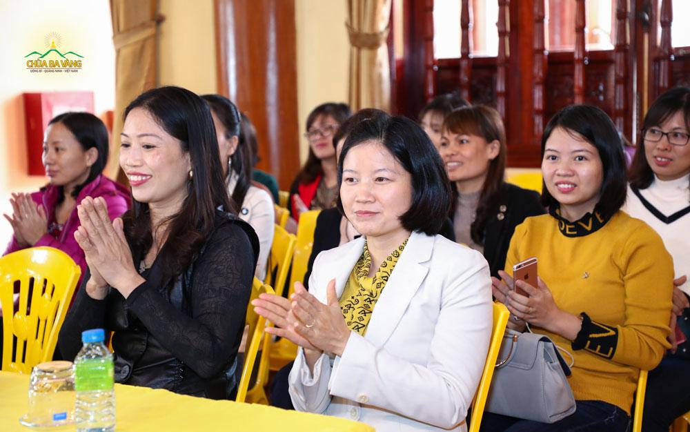Thầy, cô giáo trường THPT Phạm Văn Nghị hoan hỷ khi được nghe Sư Phụ chia sẻ