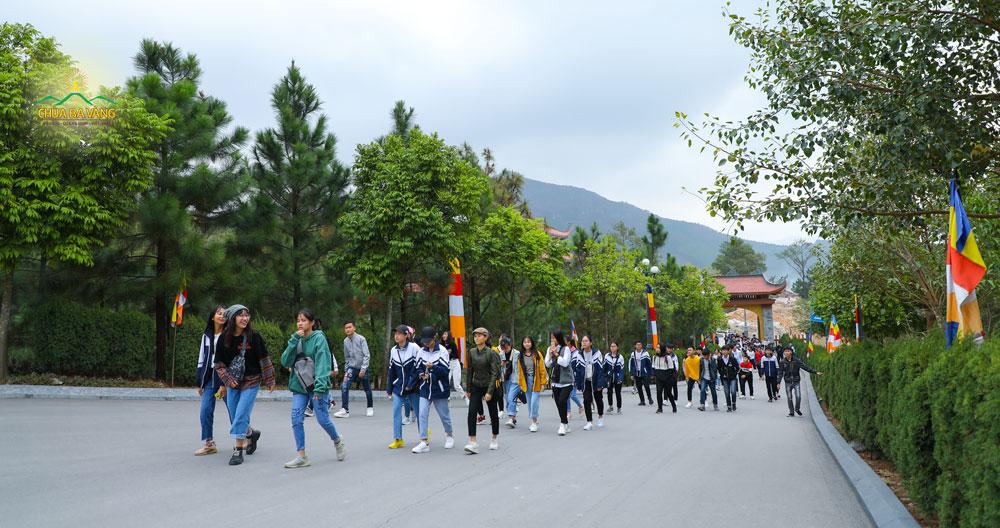 Được về chùa tham quan và trải nghiệm các bạn trẻ ai cũng hân hoan