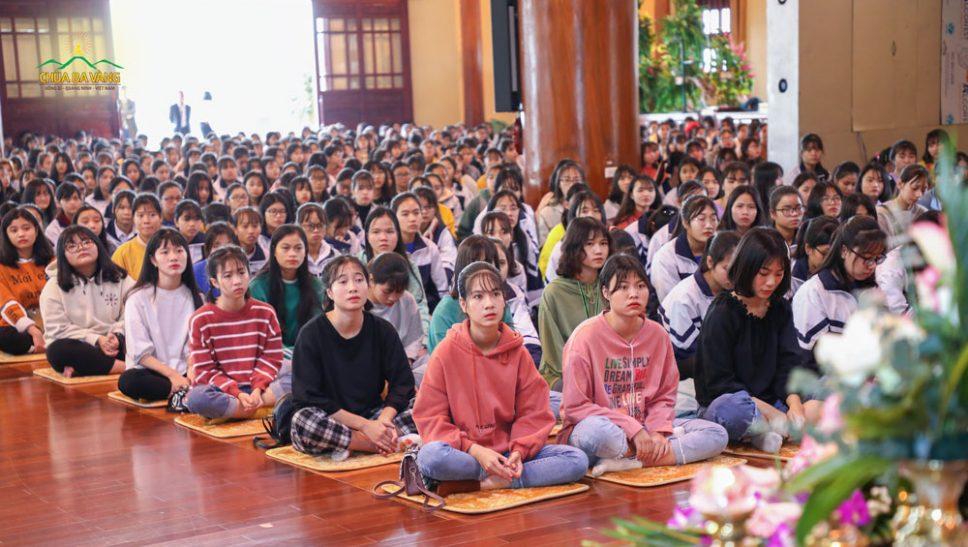 Các bạn học sinh chăm chú lắng nghe Sư Phụ chia sẻ
