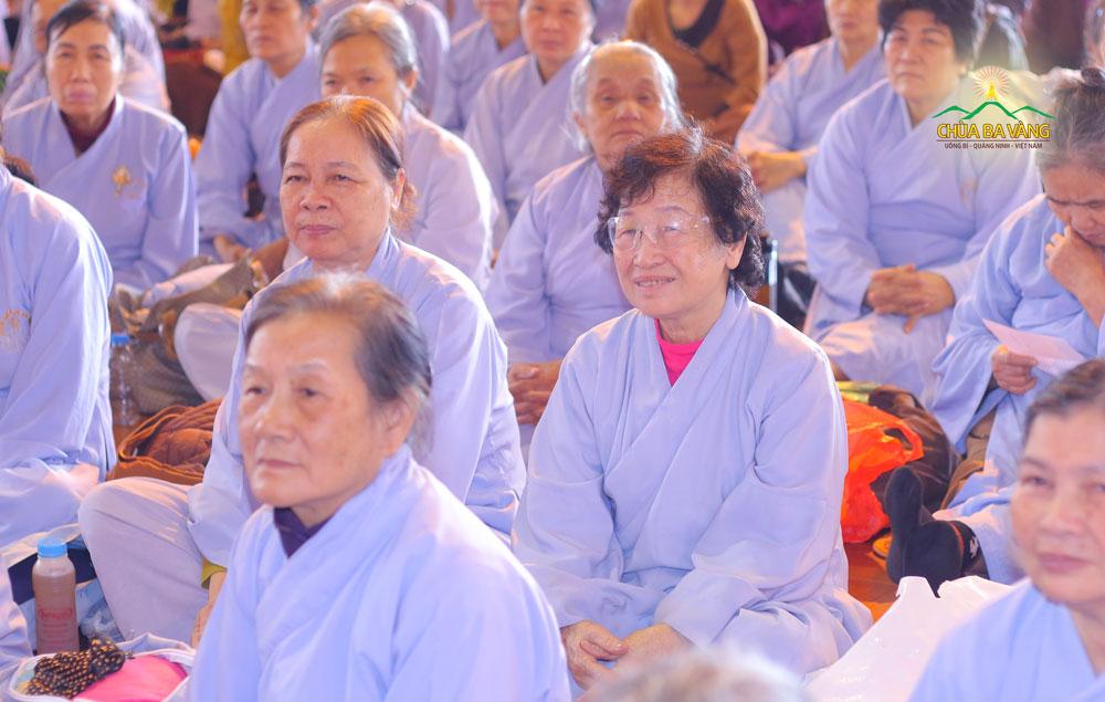 Phật tử hoan hỷ lắng nghe chia sẻ của Đại đức Thích Trúc Bảo Chung