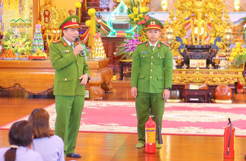 Trung tá Đỗ Văn Huy hướng dẫn Phật tử sử dụng bình chữa cháy xách tay