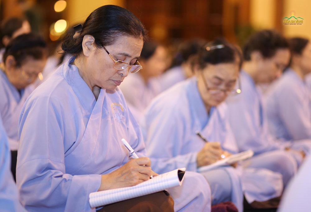 Phật tử ghi chép lời giảng của Sư Phụ