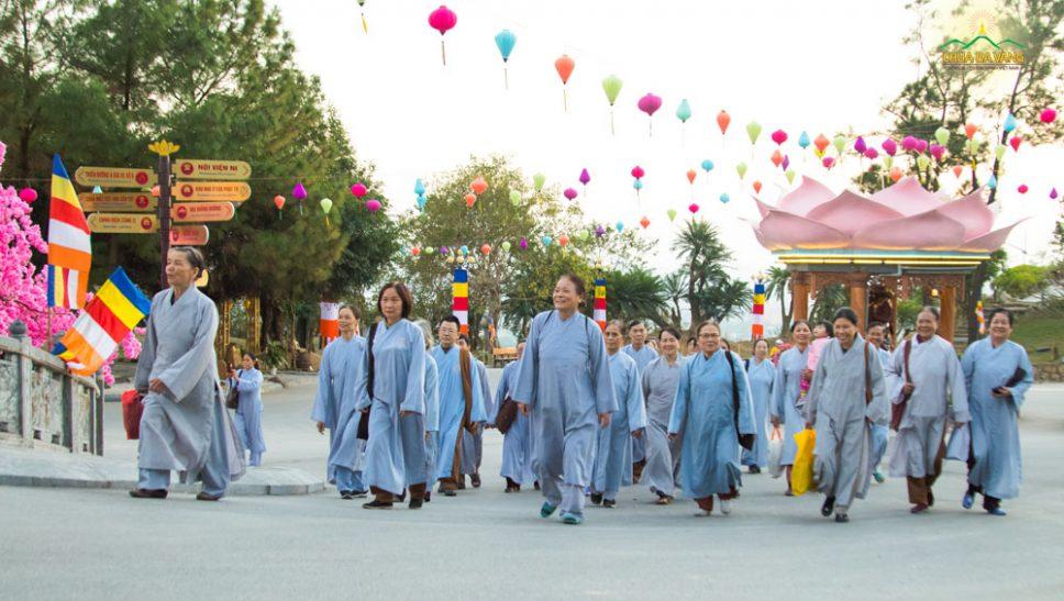 Phật tử hân hoan về chùa tu học cuối năm
