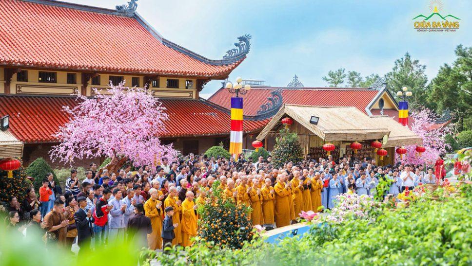 Chư Tăng chùa Ba Vàng, phật tử và du khách đọc lời tác bạch chư Phật tại khu vực thờ Đức Phật A Di Đà