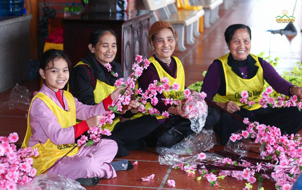 Phật tử tươi vui khi được về chùa làm công quả dịp cuối năm