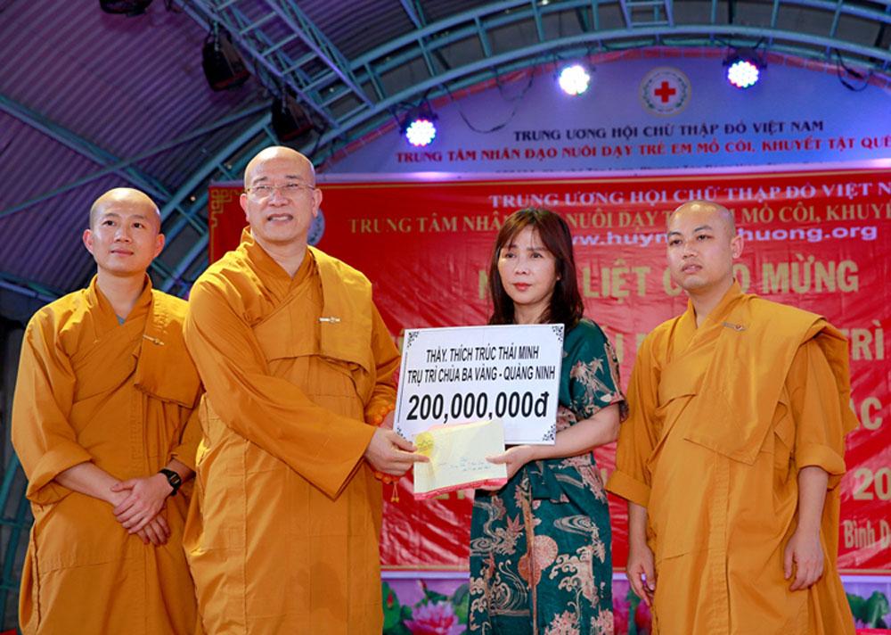 Sư Phụ và chư Tăng trao tặng phần kinh phí tới Trung tâm nhân đạo Quê Hương