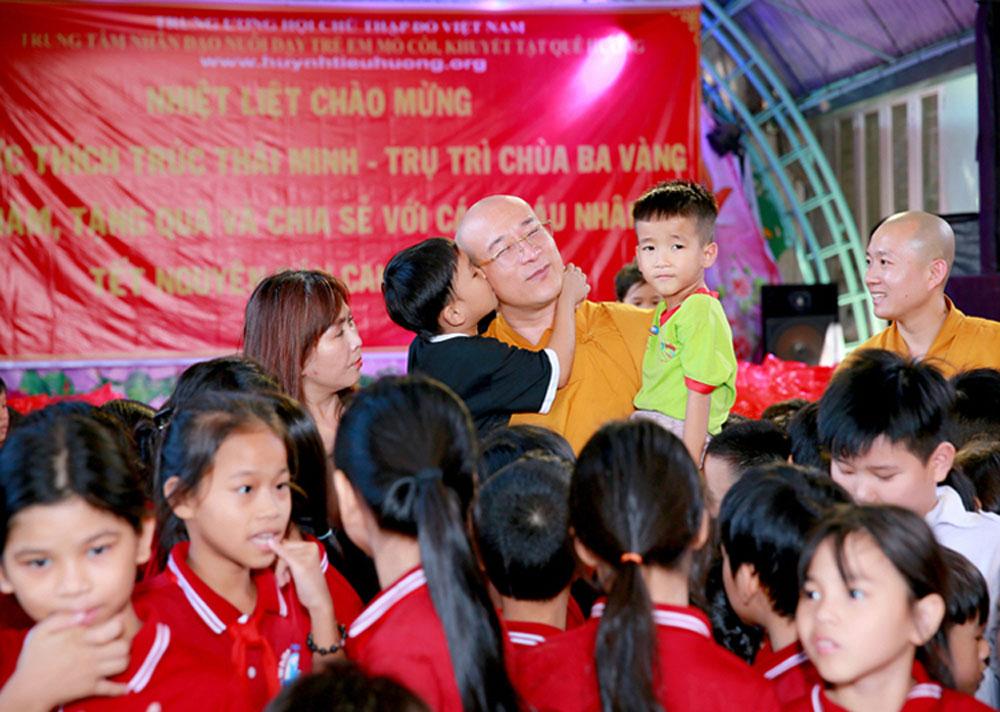 Các em nhỏ tại Trung tâm nhân đạo Quê Hương quây kín Sư Phụ