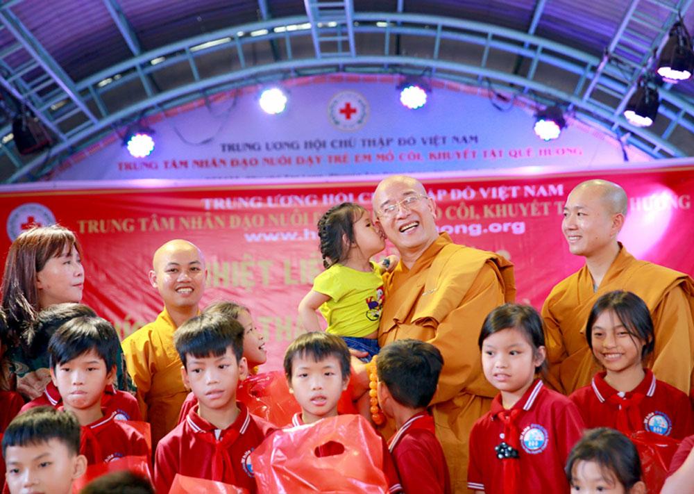 Sư Phụ chụp ảnh lưu niệm với các em nhỏ tại Trung tâm nhân đạo Quê Hương